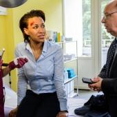 ZDF Serie- Bettys Diagnose- Lizzy (Theresa Underberg) behandelt die verletzte Geschäftsfrau Sandra Erhard (Dominique Siassia) und bekommt es dabei mit deren nervösen Chef Horst Schwadtke (Hans-Joachim Heist) zu tun. (c) ZDF/Thomas Kost/Network Movie