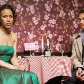 """Kammertheater Karlsruhe- Liebeskomödie - """"Das Lächeln der Frauen"""" von Nicolas Barreau. In Anwesenheit von André (Ralf Bauer) erfährt Aurélie (Dominique Siassia), dass sie an ihrem Geburtstag versetzt wird. (c) Philipp Mönckert"""