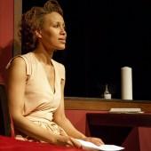 """Kammertheater Karlsruhe- Liebeskomödie - """"Das Lächeln der Frauen"""" von Nicolas Barreau. Aurélie (Dominique Siassia) liest hoffnungsvoll Andrés (Ralf Bauer) gefälschten Brief. (c) Philipp Mönckert"""
