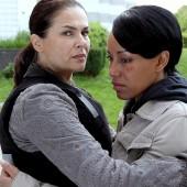 ZDF Krimi- Nachtschicht: Lisa Brenner (Barabara Auer) kümmert sich um die traumatisierte Marie France.(c) ZDF/ Stefan Persch/ Network Movie