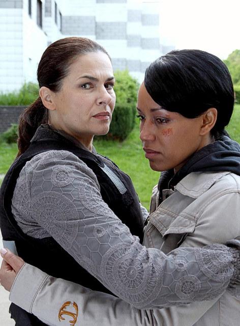 ZDF Krimi- Nachtschicht: Lisa Brenner (Barabara Auer) kümmert sich um die traumatisierte Marie France. © ZDF/ Stefan Persch/ Network Movie