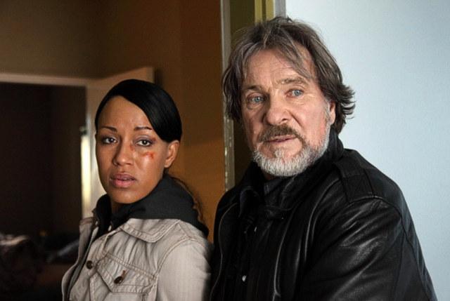ZDF Krimi- Nachtschicht: Bruno (Götz George) macht sich zur Aufgabe Marie France (Dominique Siassia) von der Schleuserbande, für die er selbst arbeitet, zu befreien. © ZDF/ Stefan Persch/ Network Movie