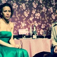 """Kammertheater Karlsruhe- Liebeskomödie – """"Das Lächeln der Frauen"""" von Nicolas Barreau. In Anwesenheit von André (Ralf Bauer) erfährt Aurélie (Dominique Siassia), dass sie an ihrem Geburtstag versetzt wird. © Philipp Mönckert"""